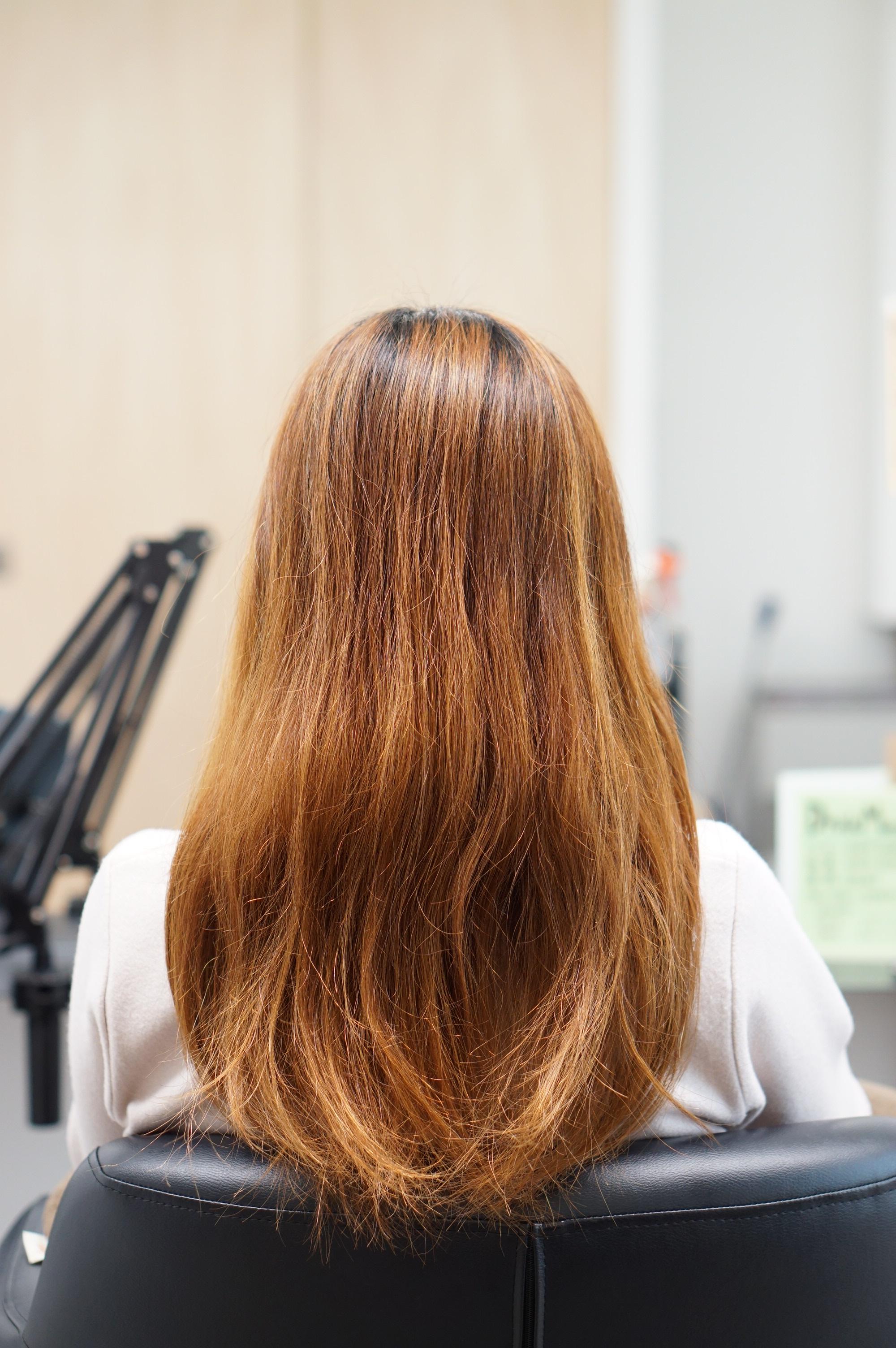 髪が傷んでいる女性