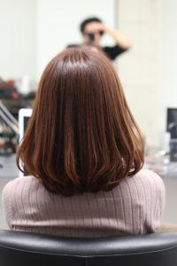 ベージュカラーで髪がキレイな女性
