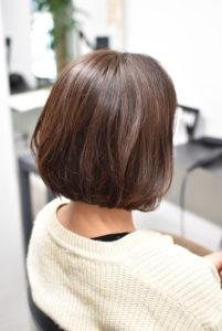 ツヤ髪ボブスタイルの女性