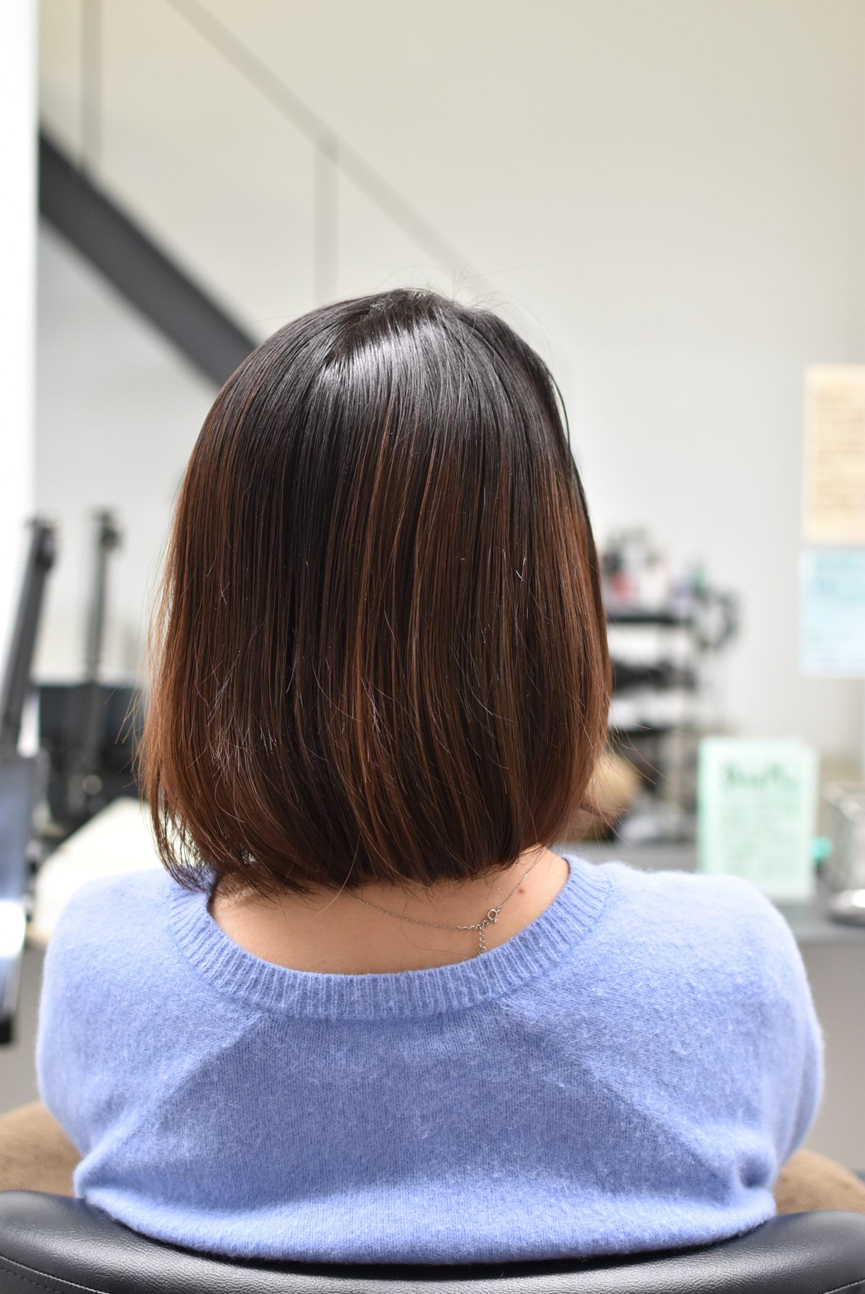伸びたヘアカラー女性ヘアスタイル