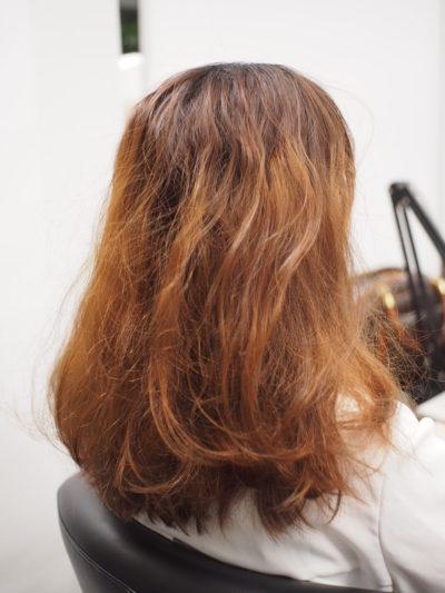 髪色も落ちてバサバサな女性
