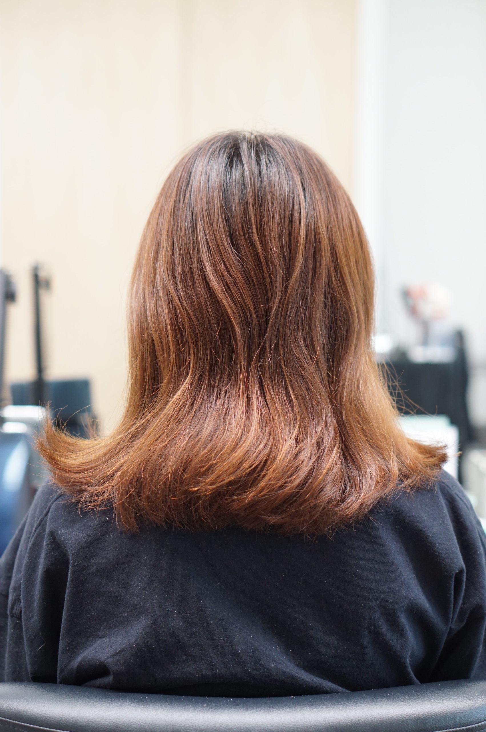 髪が痛んでいる女性