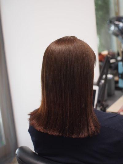 カラーエステをしてツヤ髪になった女性