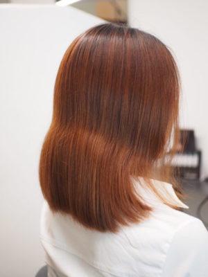 カラーが抜けて髪の毛も伸びた女性